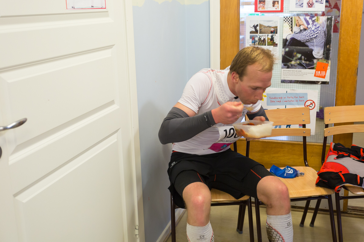Staffan Bengtsson has a quick meal at Napp. Lofoten Ultra Trail 2015.