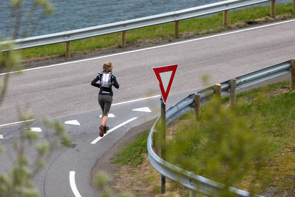 Joanna Zakrzewski of Scotland turns right to Svolvær, on E10, during the Lofoten Ultra Trail 2016.