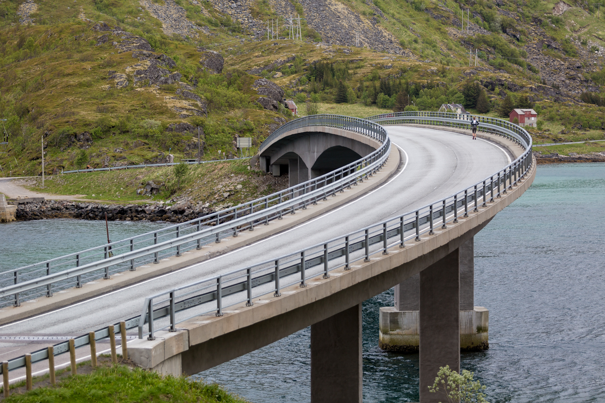 Joanna Zakrzewski crosses the Sundklakkstraumen Bridge, on her way to Svolvær, during the Lofoten Ultra Trail 2016.